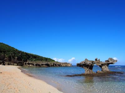 沖縄・古宇利島ハートロックの逆ハートが素敵!!